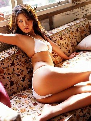 Provacative gravure babe shows her delicious body in a bikini